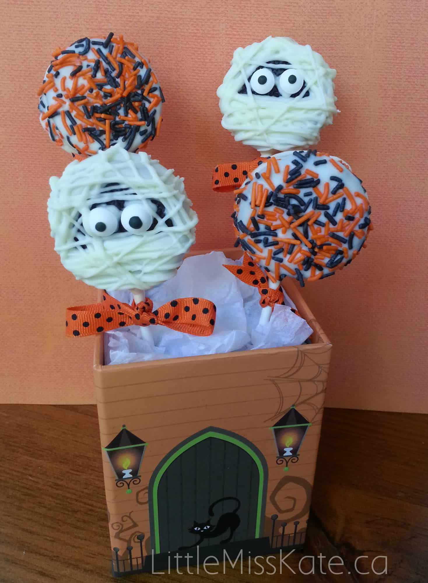 easy Halloween Treat Idea Mummy Oreo Pops