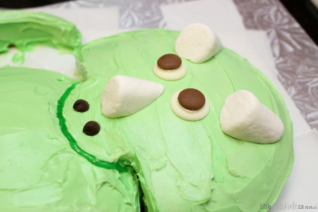 Easy triceratops dinosaur birthday cake face