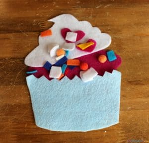 Busy Bag Idea For Fine Motor Skills and Counting - Making Cupcakes via littlemisskate.ca
